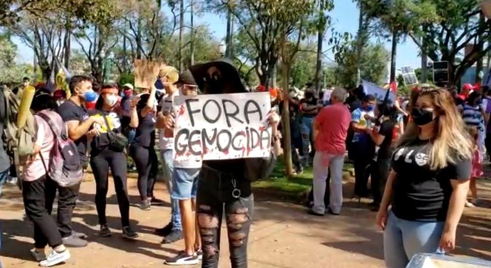 Manifestantes pedem saída de Bolsonaro em Belo Horizonte — Foto: Thiago Phillip/TV Globo