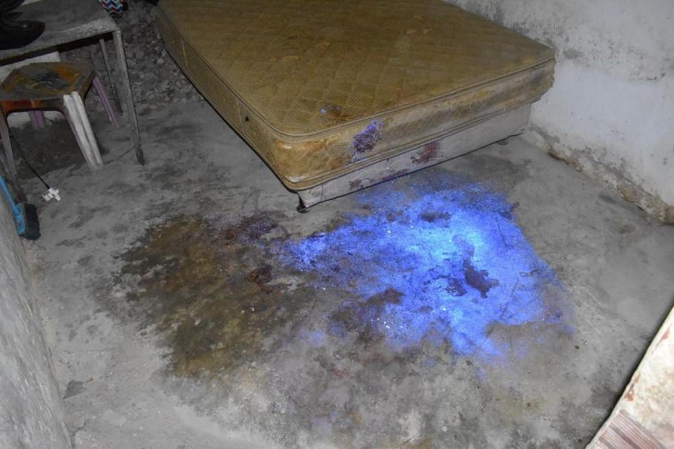 Perícia foi feita com luminol, que mostrou locais sujos de sangue na casa do namorado da manicure — Foto: Polícia Científica/Divulgação
