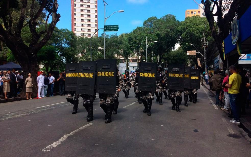Batalhão de Choque desfila nas ruas do centro de Salvador (Foto: Henrique Mendes/G1)