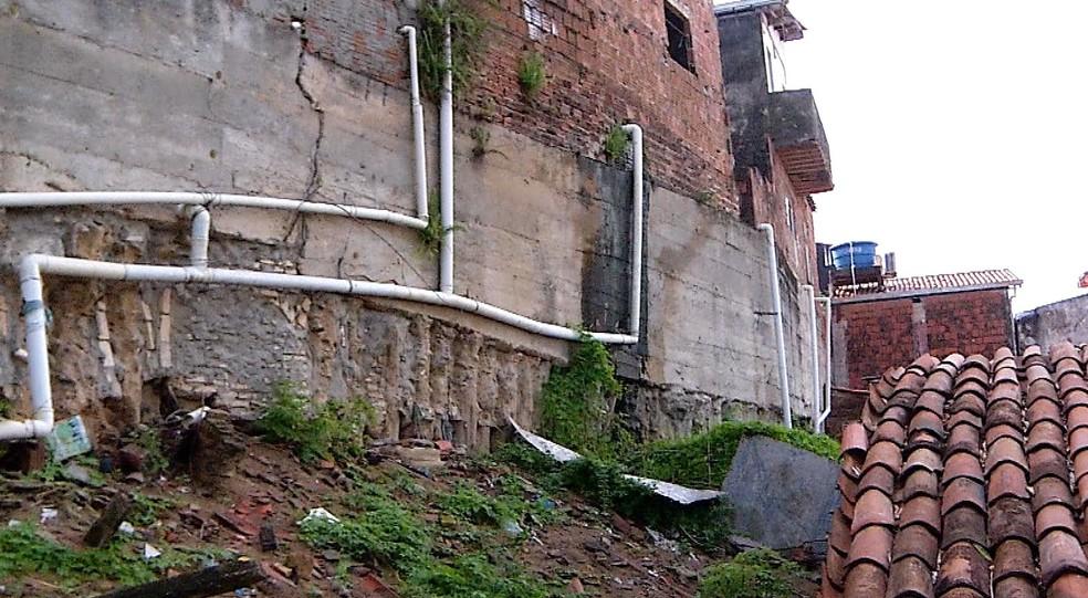 Muro de arrimo ameaça desabar em Mãe Luiza, afirma Prefeitura de Natal — Foto: Reprodução/Inter TV Cabugi