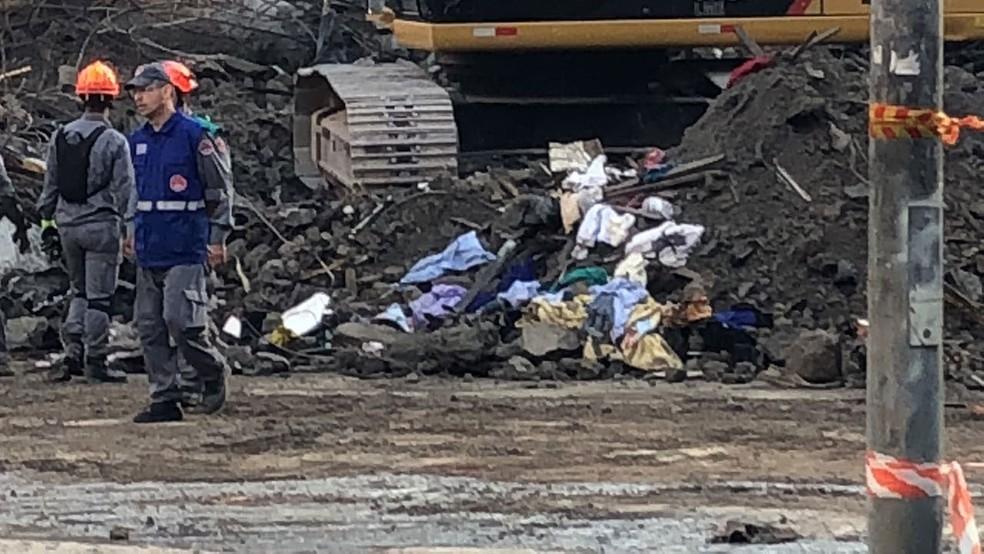 Roupas de moradores de prédio que desabou são encontradas nos escombros pelos bombeiros (Foto: Kleber Tomaz/G1)