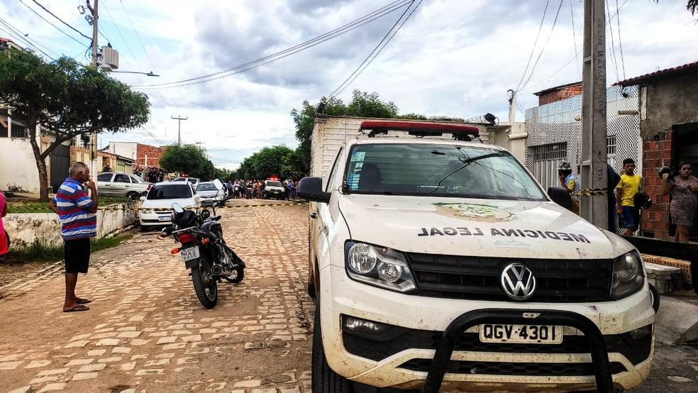 Irmãos são assassinados a tiros em rua do bairro Boa Vista, em Mossoró.  — Foto: Isaiana Santos/Inter TV Costa Branca