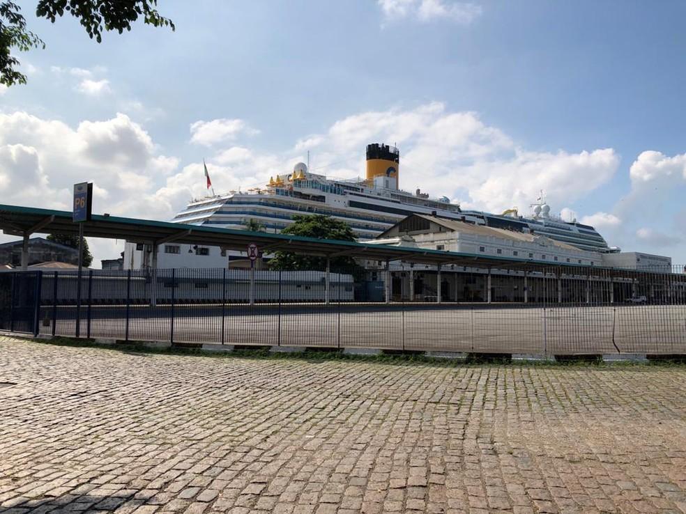 Navio Costa Fascinosa permanece em quarentena no Porto de Santos, no litoral de São Paulo — Foto: Solange Freitas/G1