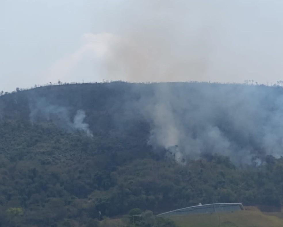 Bombeiros combatem incêndio em morro de difícil acesso no bairro rural Chácara Dora, em Araçariguama. — Foto: Arquivo Pessoal / Clayton do Carmo