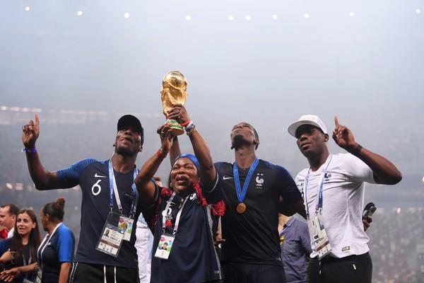 O craque francês Paul Pogba celebrando a vitória francesa na final da Copa do Mundo na companhia da mãe e dos irmãos (Foto: Getty Images)