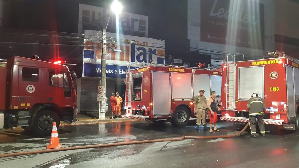 Três caminhões dos bombeiros e 14 profissionais foram enviados para combater incêndio na Cidade Alta, em Natal — Foto: Sérgio Henrique Santos/Inter TV Cabugi