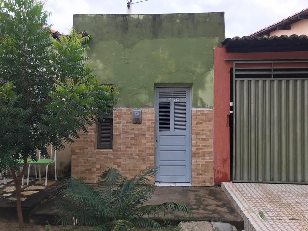 Fachada da casa onde idosa morava não foi atingida pelo incêndio. — Foto: Flávio Soares/ Inter TV Costa Branca