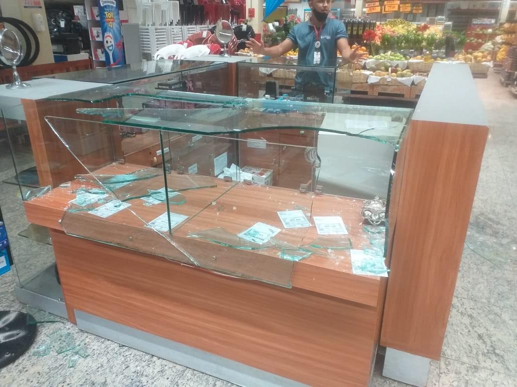 Homens invadem supermercado e tentam roubar celulares de quiosque em Teresina