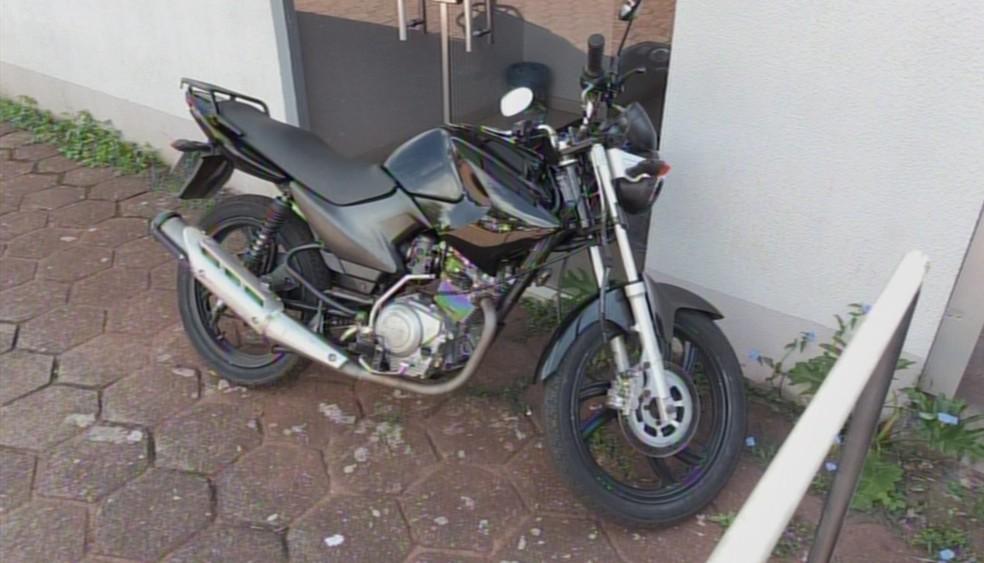 A moto supostamente usada pela dupla para cometer o crime foi apreendida; suspeitos ainda não foram presos — Foto: Reprodução/RPC