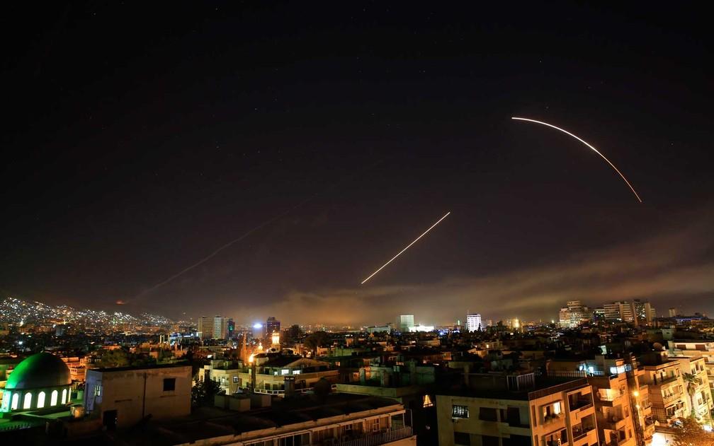 Mísseis cruzam o céu de Damasco (Foto: Hassan Ammar / AP Photo)
