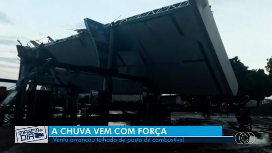 Temporal derruba teto de posto de combustíveis, em Uruaçu