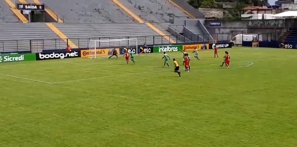 Longuine marca o primeiro do CRB contra o Indepedente-PA — Foto: Bruno Amâncio/GloboEsporte.com