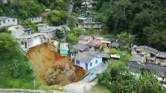 Cratera às margens da BR-040 desabriga moradores de Petrópolis