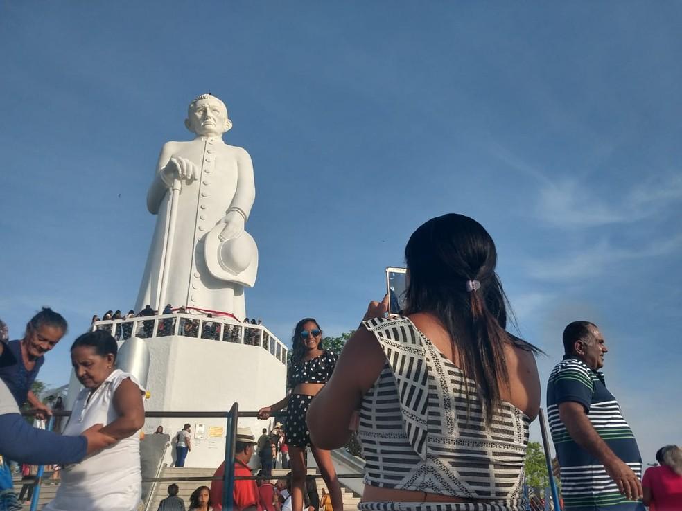 Milhares de fiéis visitam a estátua todos os anos — Foto: Lorena Tavares/SVM