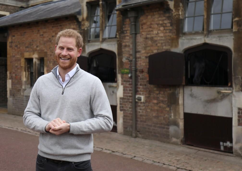 O príncipe Harry anunciou o nascimento do filho nesta segunda-feira (6), na porta do Castelo de Windsor. — Foto: Steve Parsons/Pool via REUTERS