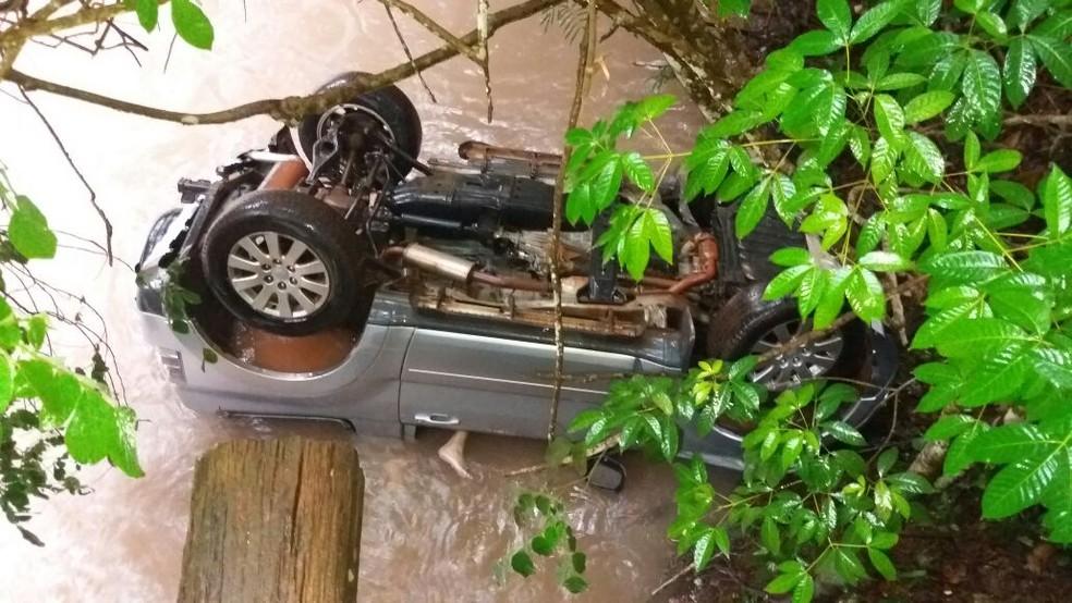 Carro envolvido no acidente só foi encontrado na manhã de segunda-feira (8) (Foto: Reprodução/Redes sociais)