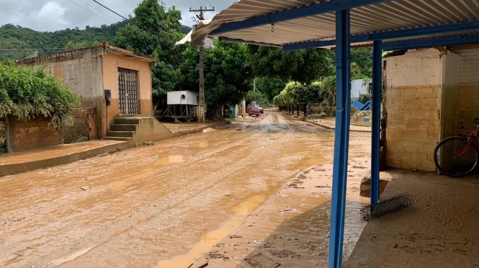 Água baixou e deixou rastros de lama nas ruas de Natividade, no RJ — Foto: João Vitor Brum/Inter TV