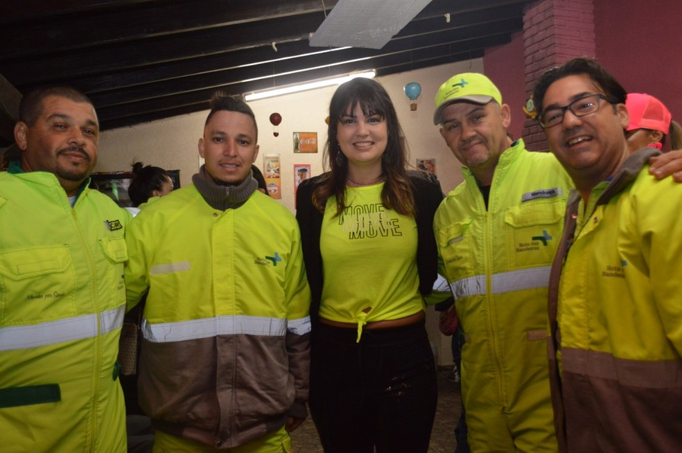 """Amanda diz que, sem querer, """"combinou"""" a cor da roupa com a equipe de socorristas — Foto: Bernardo Medeiros/Rota das Bandeiras"""