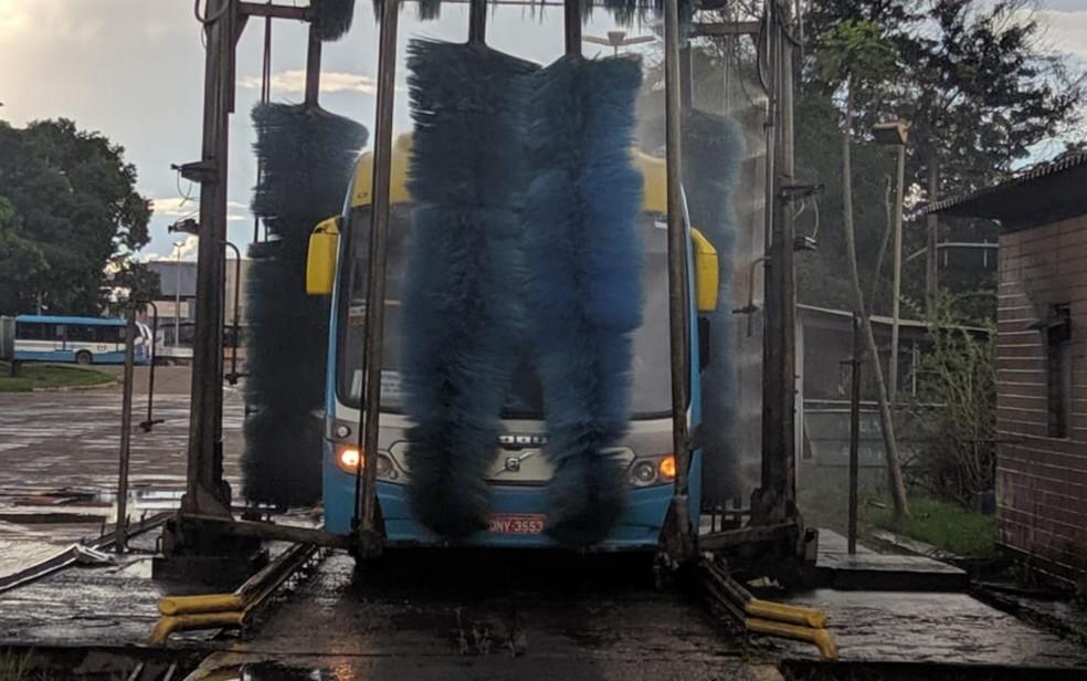 Ônibus receberão limpeza reforçada como parte das medidas para evitar propagação do coronavírus Goiânia Goiás — Foto: Reprodução/Metrobus