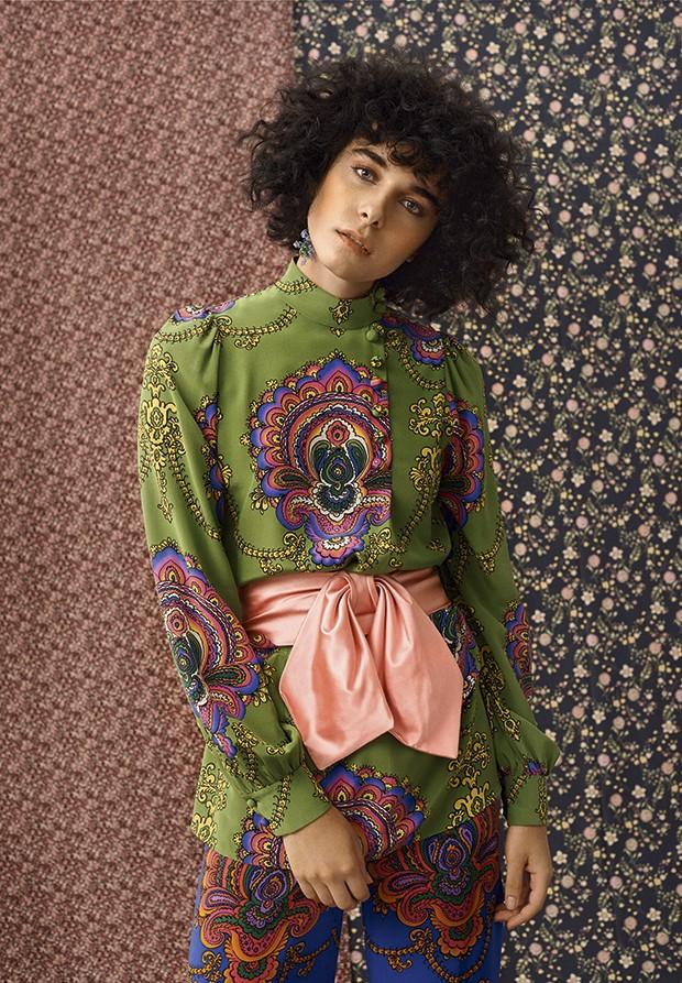 Camisa com cinto, R$ 8.250, e calça, R$ 5.070, Gucci. Brinco Gla, R$ 440 (o par)  (Foto: Gustavo Ipólito (MLages))