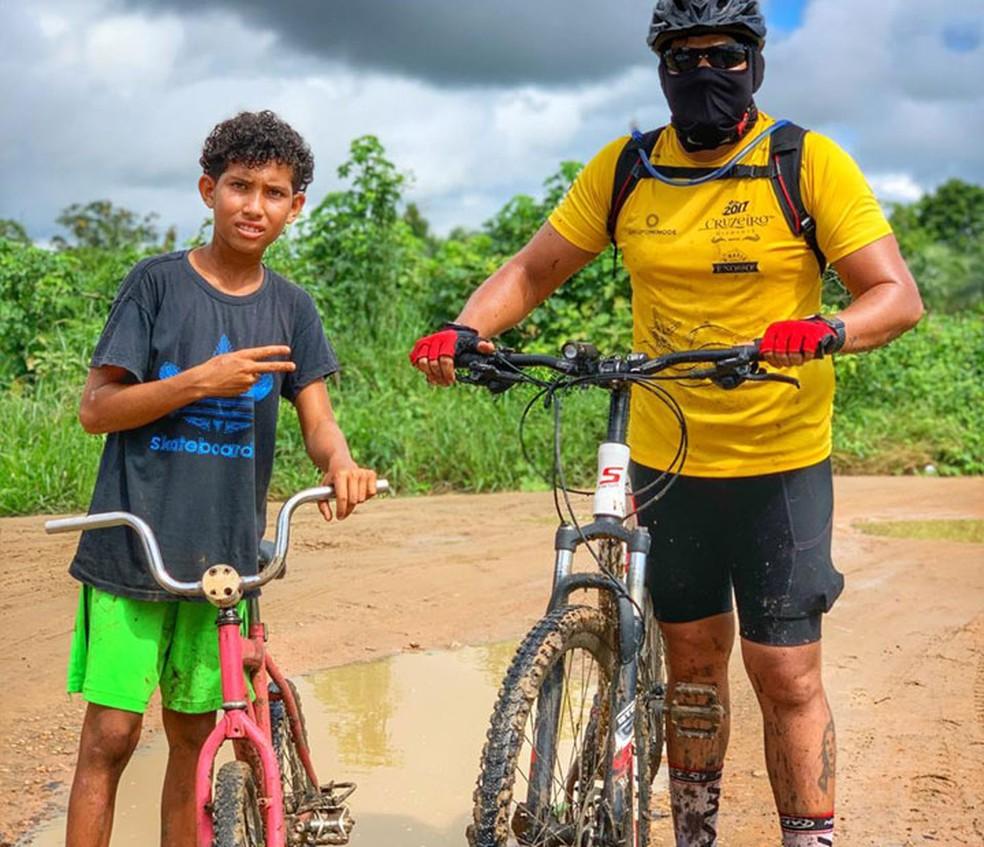Márcio Vitor ainda com a bicicleta velha, quando ajudou os ciclistas perdidos na trilha na Bahia — Foto: Arquivo Pessoal