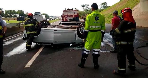 Carro cai de viaduto da BR-153 e para de ponta-cabeça na Rodovia Washington Luís em Rio Preto