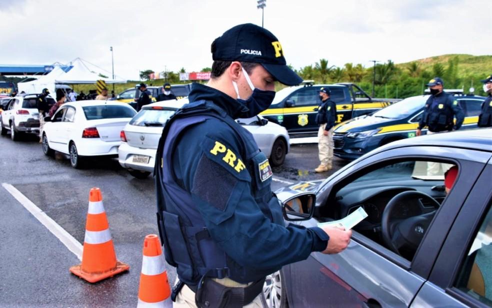 PRF faz fiscalizações nas rodovias nacionais, durante feriado — Foto: Divulgação/PRF