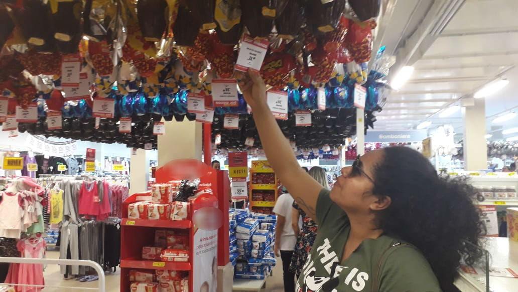 'Caro, mas a gente faz o possível para comprar', diz mãe que levou quatro ovos de Páscoa por R$ 100