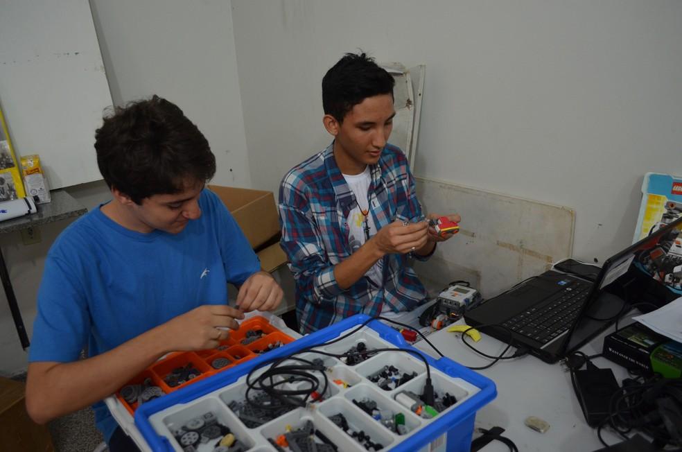 Robôs foram construídos por alunos da Oficina de Robótica realizada na Escola Barão de Solimões (Foto: Hosana Morais/G1)