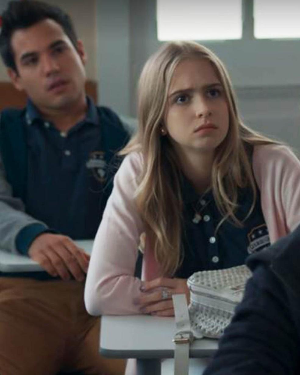 Clara (Isabela Scherer) fica tão surpresa quanto os outros alunos — Foto: Globo