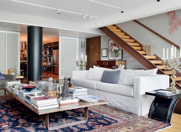 O sofá na sala de estar da arquiteta Fernanda Pessoa de Queiroz foi forrado com lona, da JRJ, assim como as almofadas. Entre tantas cores, obras de arte, livros e peças de decoração, o móvel harmoniza o espaço (Foto: Denilson Machado/MCA Estúdio)