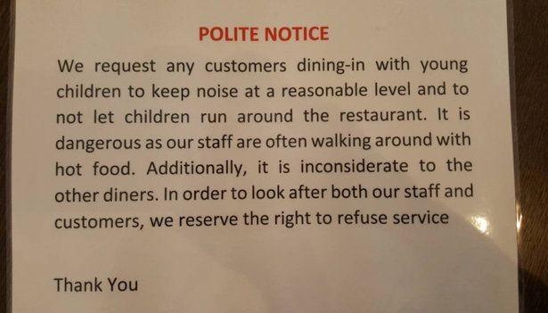 Aviso grosseiro (em papel plastificado!) para pais de criancas pequenas em restaurante na Inglaterra (Foto: Reprodução)