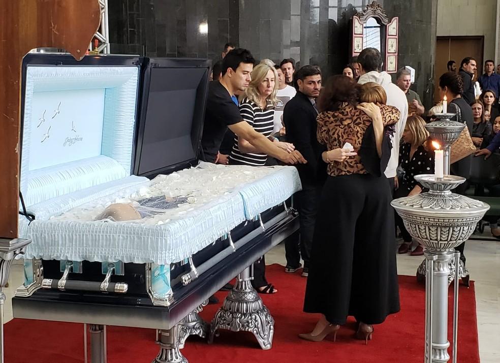 Rose Di Matteo, viúva de Gugu Liberato, é amparada durante velório — Foto: Bárbara Muniz Vieira/G1