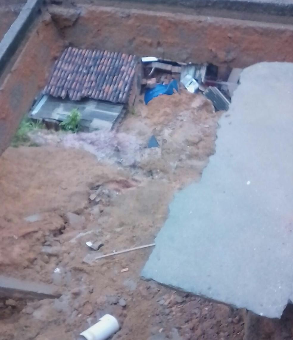 Deslizamento de terra atingiu três casas em Ribeirão, na Mata Sul de Pernambuco (Foto: Reprodução/WhatsApp)