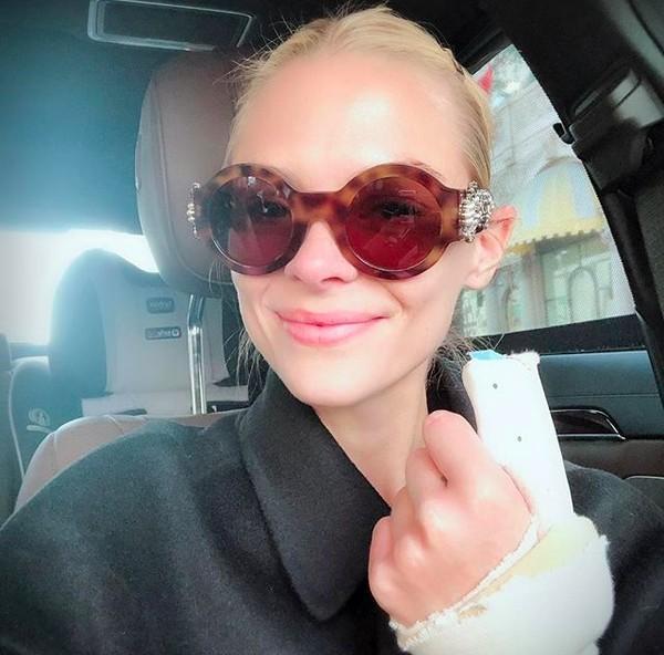 A atriz Jamie King com seu dedo engessado (Foto: Instagram)