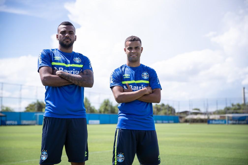 Leonardo Gomes e Alisson são modelos nos novos uniformes de treino do Grêmio — Foto: Divulgação/Grêmio