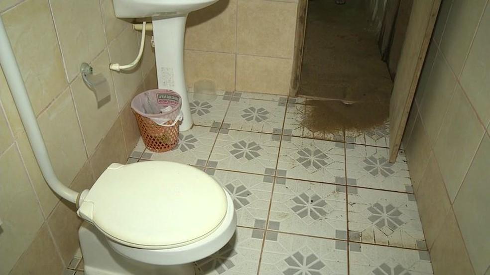 Banheiro foi interditado após ser invadido pela água e pela areia — Foto: Reprodução/ TV Gazeta