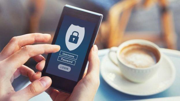 Você pode restringir o acesso a certos apps quando for emprestar o celular para alguém (Foto: Getty Images via BBC News)