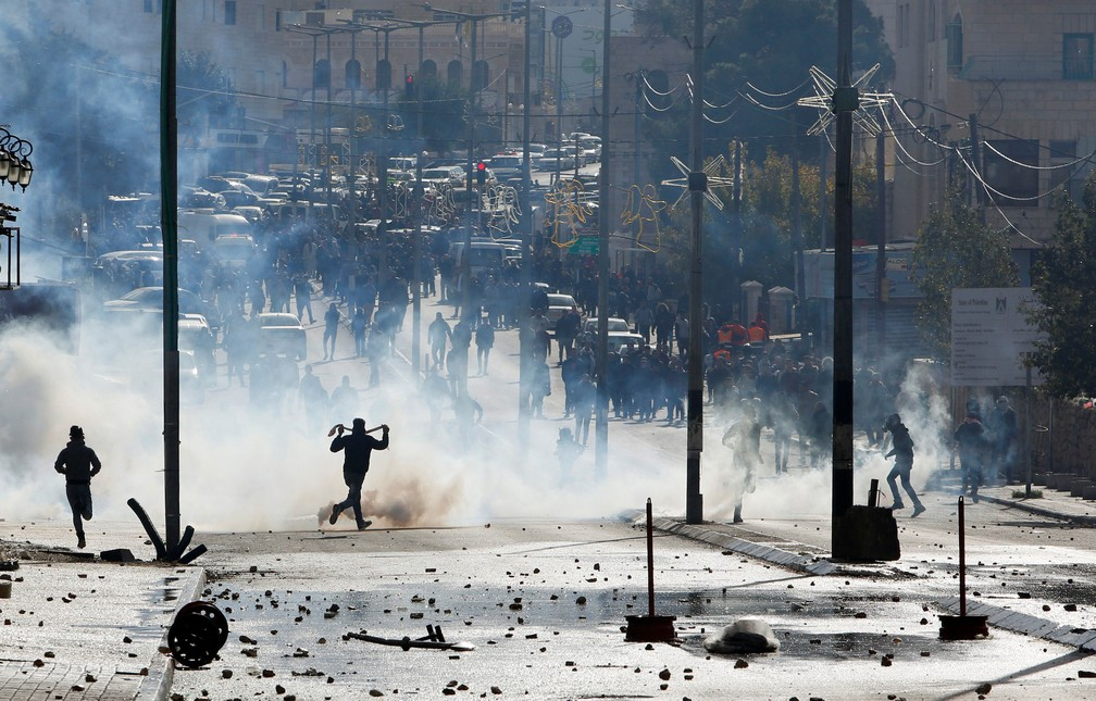 Tropas isralenses usam gás lacrimogêneo para dispersar manifestantes palestinos em Belém, na Cisjordânia, nesta quinta-feira (7)  (Foto: Mussa Qawasma/ Reuters)