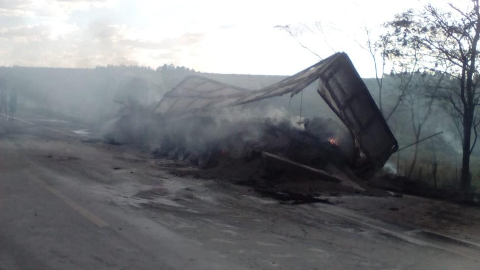 Caminhões foram consumidos pelo fogo (Foto: Cristiano Nascimento/FM Metrópole)