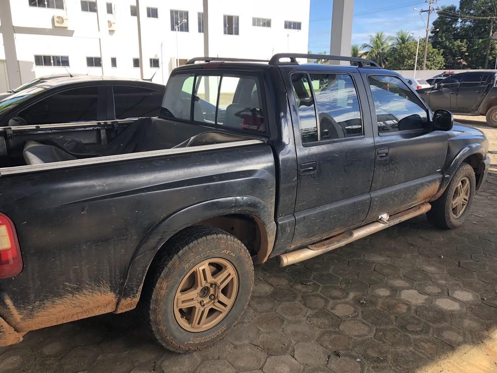 Suspeitos levaram vítima e família na caminhonete e abandonaram o veículo no Travessão B-40 (Foto: Jeferson Carlos/G1)