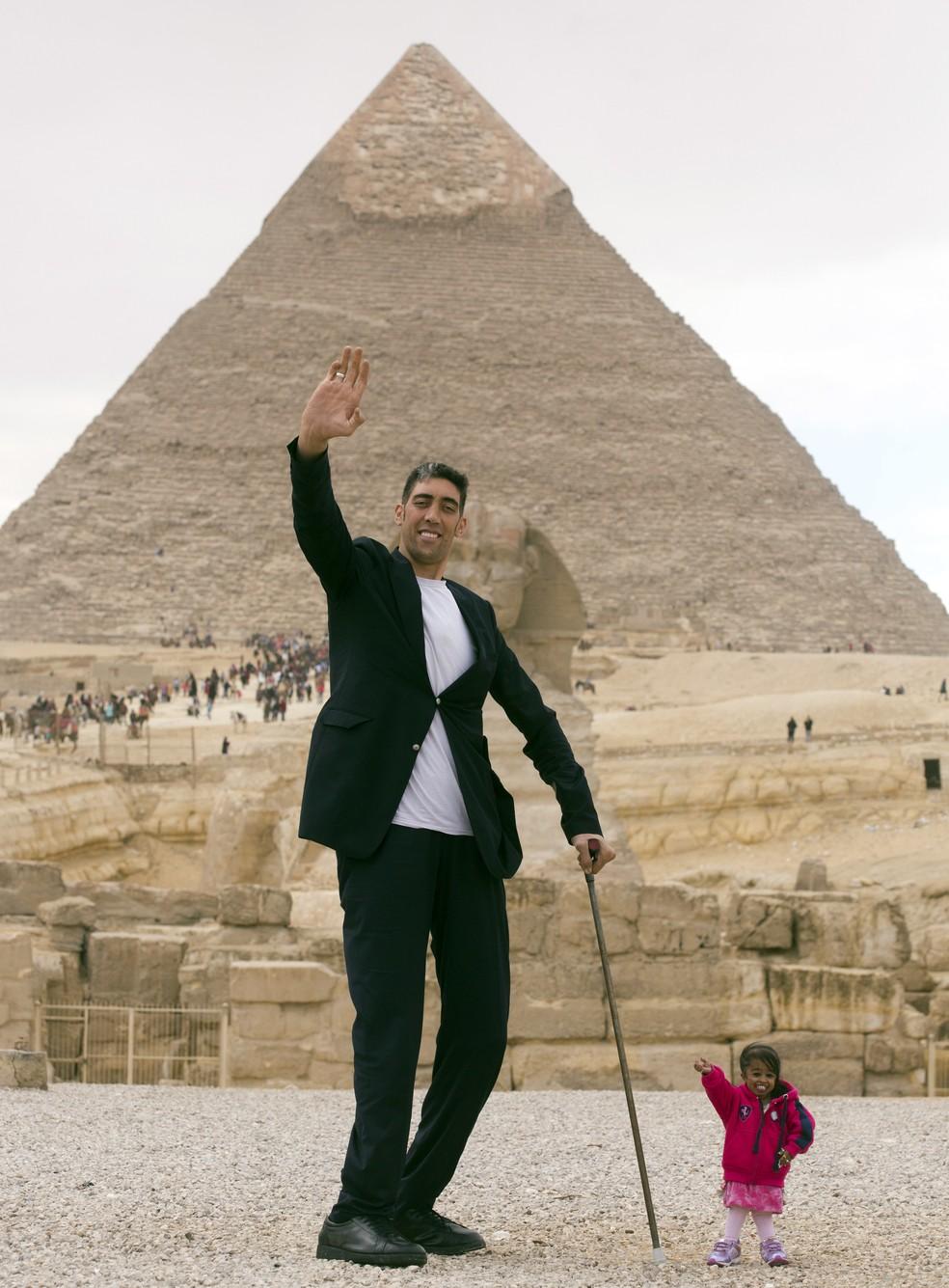 Sultan Kosen e Jyoti Amge em frente Ai??s pirA?mides do Egito (Foto: Amr Nabil/AP Photo)
