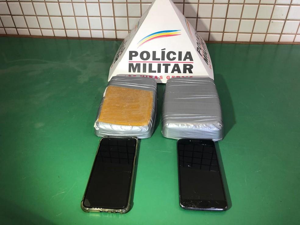 Barras apreendidas pesavam cerca de dois quilos e foram recolhidas à delegacia de Caratinga — Foto: Foto: Polícia Militar/ Divulgação