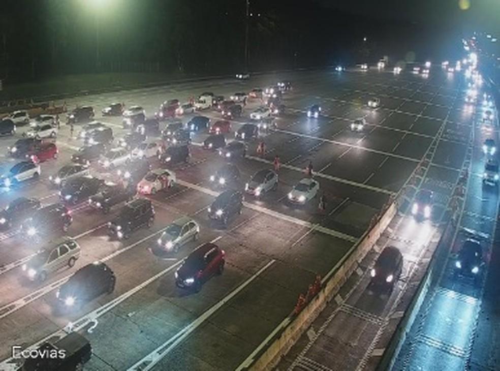 Tráfego de veículos na altura do pedágio da rodovia dos Imigrantes na noite desta sexta-feira (20).  — Foto: Reprodução/Ecovias