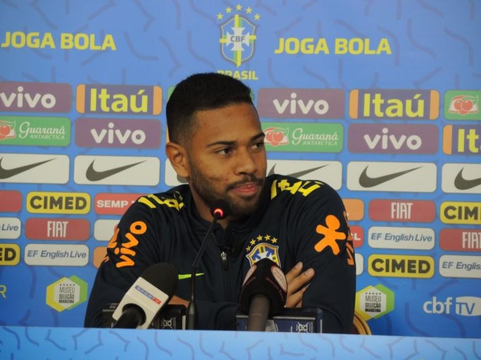 Renan Lodi na coletiva de imprensa da seleção brasileira, em Abu Dhabi — Foto: Bruno Cassucci