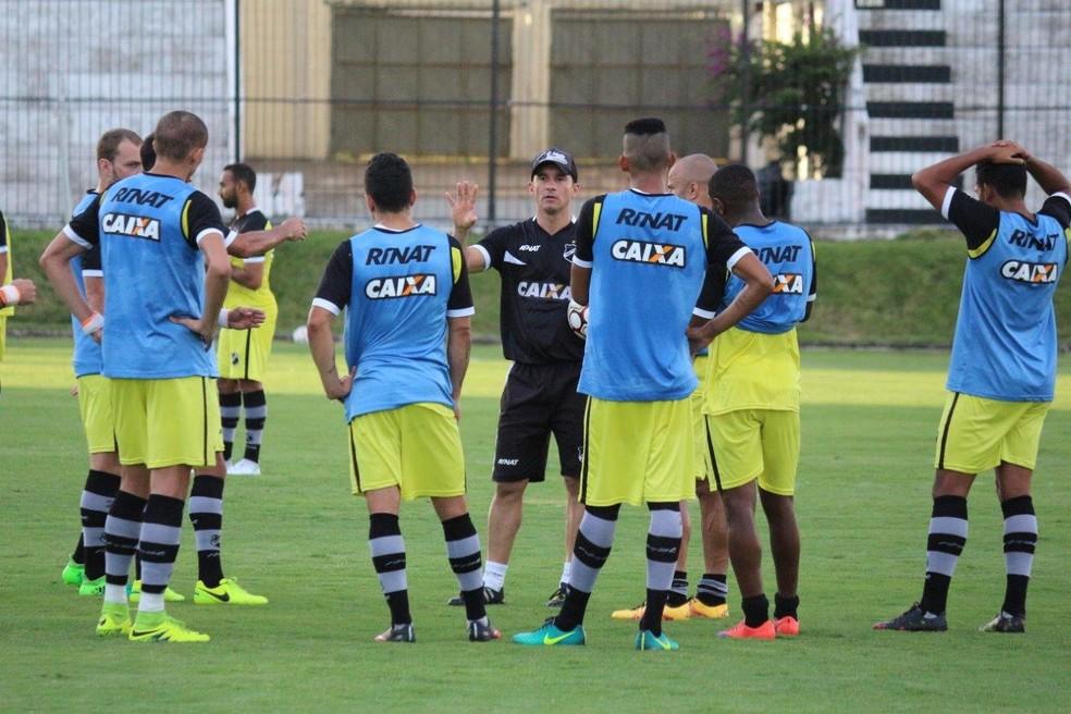 Preparador físico Ranielle Ribeiro comanda ABC contra o Vila Nova (Foto: Andrei Torres/ABC)