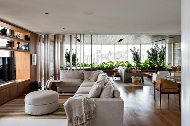 Madeira e paleta neutra ditam décor de apartamento de jovem casal (Foto: Fran Parente)