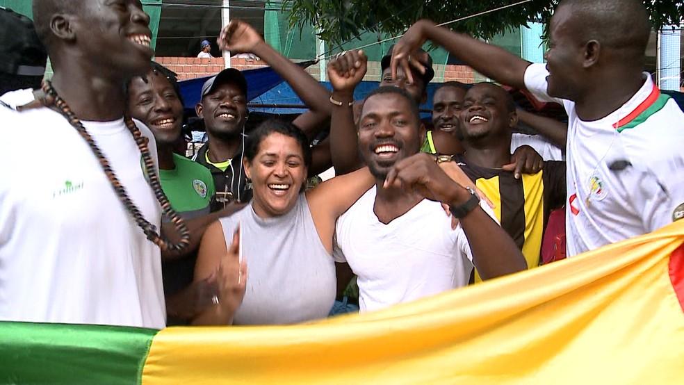 A comerciante Raquel comemorou junto com os imigrantes africanos a vitória da seleção de Senegal na Copa (Foto: Reprodução/TV Mirante)