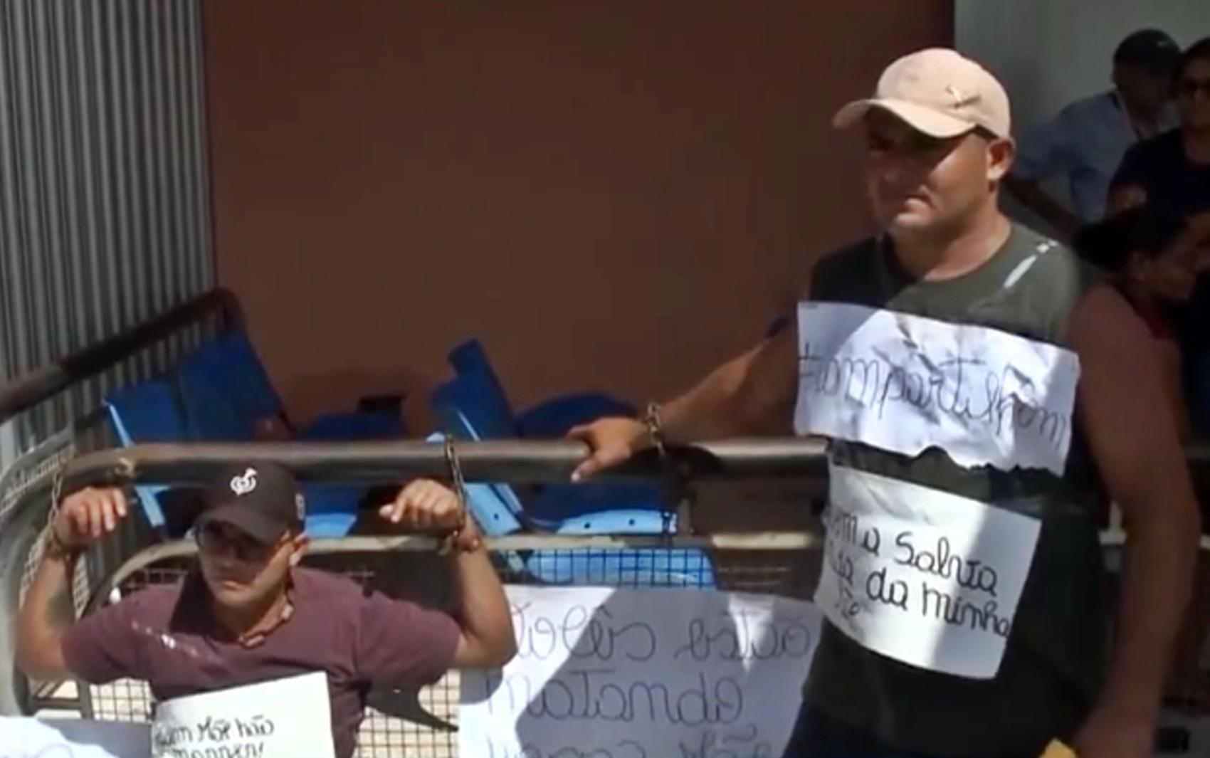 Irmãos se acorrentam em frente a hospital para exigir tratamento de mãe com diabetes, na PB - Notícias - Plantão Diário