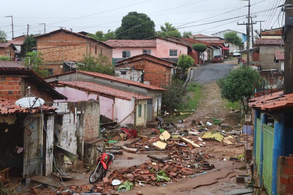 Casas foram atingidas após lagoa de clube transbordar e romper muro do terreno na Zona Sul de Teresina — Foto: Lorena Linhares/ G1 PI